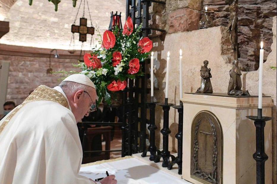На восьми языках опубликована новая энциклика папы Франциска Fratelli Tutti
