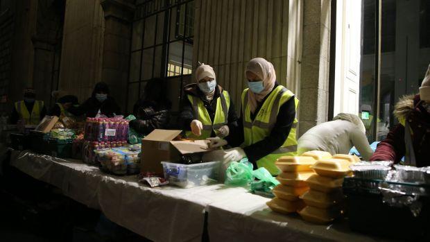 Принявшие ислам ирландки заботятся о бездомных