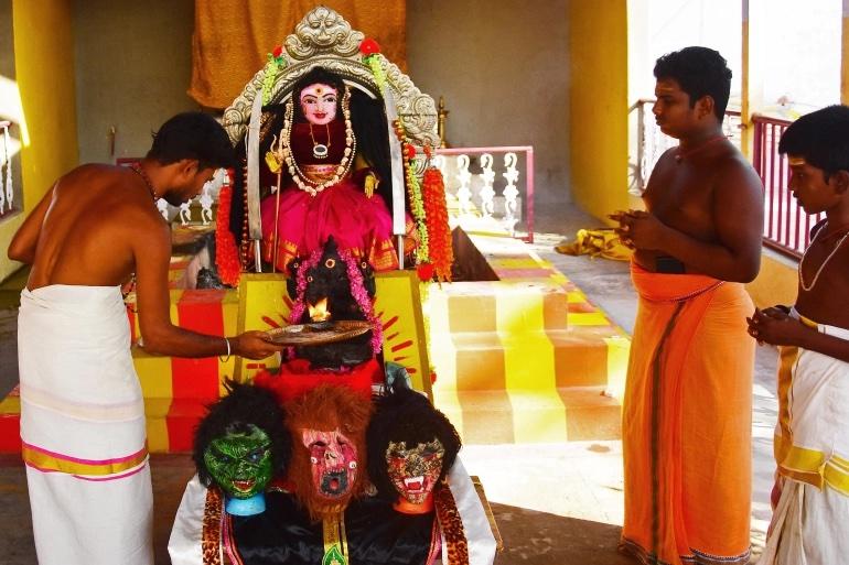 """Индийские священники молят о милосердии """"богиню"""" коронавируса"""