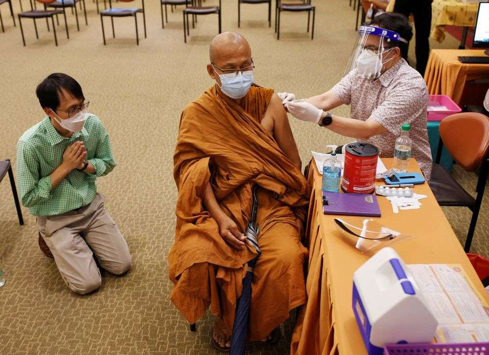 Буддийские монахи Таиланда получают прививку против COVID-19