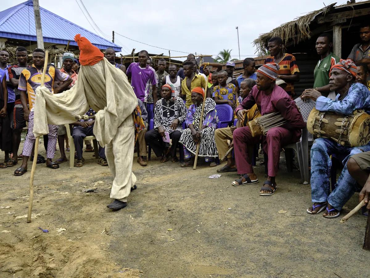 Почему молодые нигерийские христиане возвращаются к традиционным ритуалам маскарада