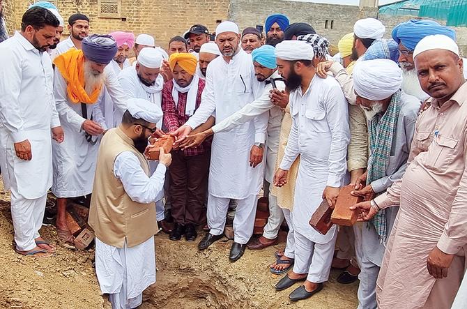 Сикхи и индуисты на собственные средства строят дом Аллаха