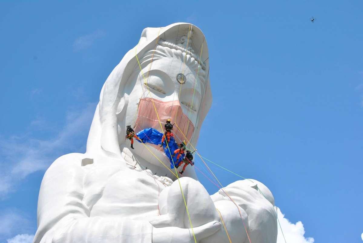 Гигантская статуя Каннон в Японии обзавелась маской для лица в знак молитвы о преодолении COVID-19