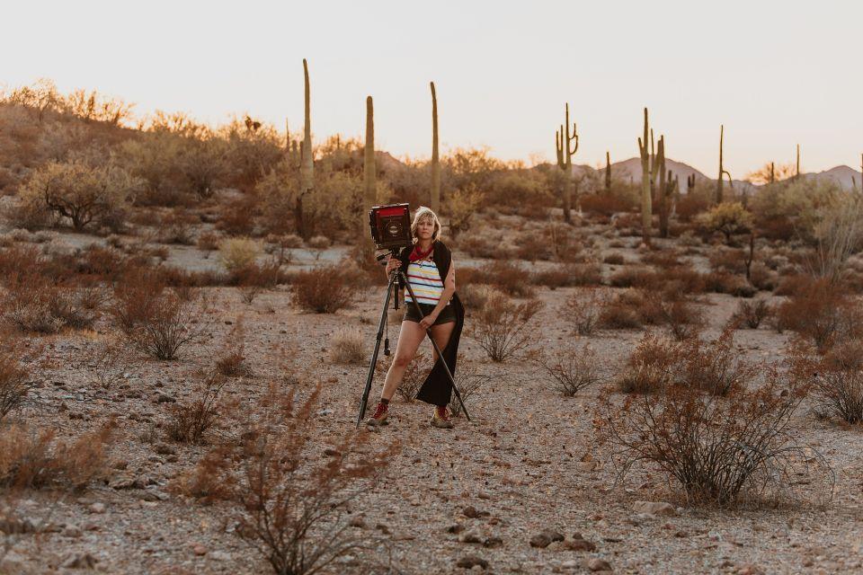 Фотограф с помощью старинной камеры показывает человечность эмигрантов